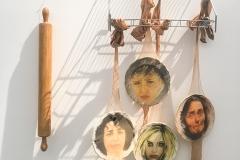 Cuadro pintado a óleo sobre platos de cerámica titulado: PIÑATA DOMÉSTICA de Siro López