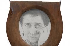 Cuadro dibujado a lápiz titulado: CÓMO CREES QUE ME SIENTO. RETRATO EN RETRETE de Siro López