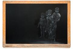 Cuadro dibujado a tiza sobre pizarra titulado: MI PRIMERA ESCUELA de Siro López