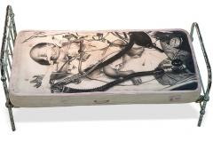 Cuadro dibujado a lápiz sobre un colchón titulado: SEXO DÉBIL de Siro López